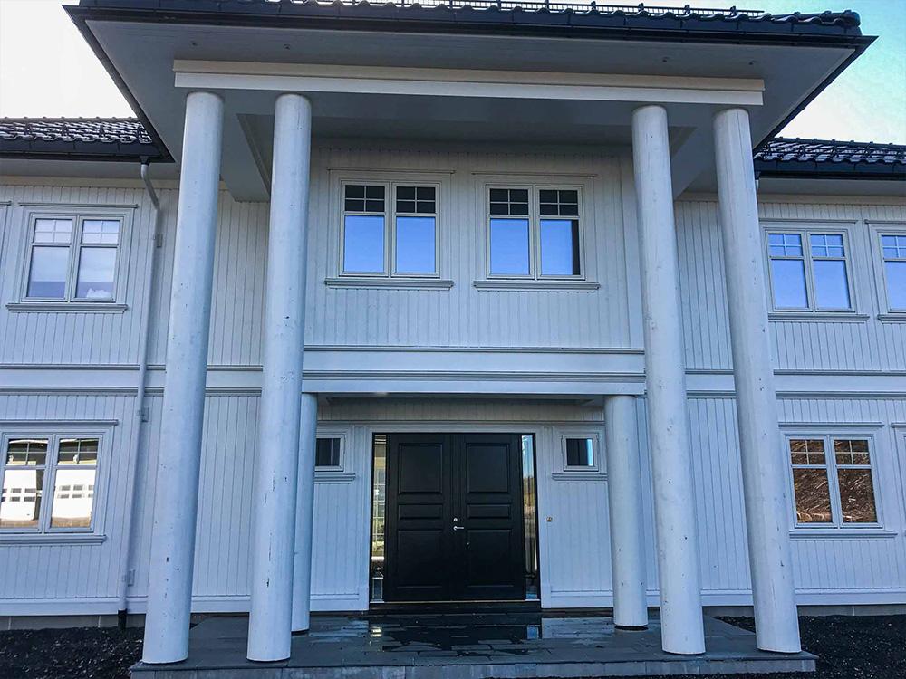 Bilde av søyler på klassisk hus, finalist i Eksteriørprisen 2021