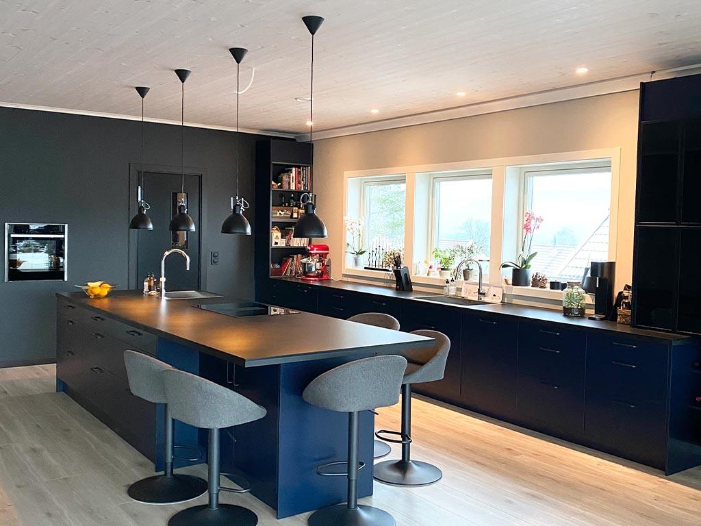 Bilde av kjøkken med trepanel i taket - interiørprisfinalist nummer 1 2021.